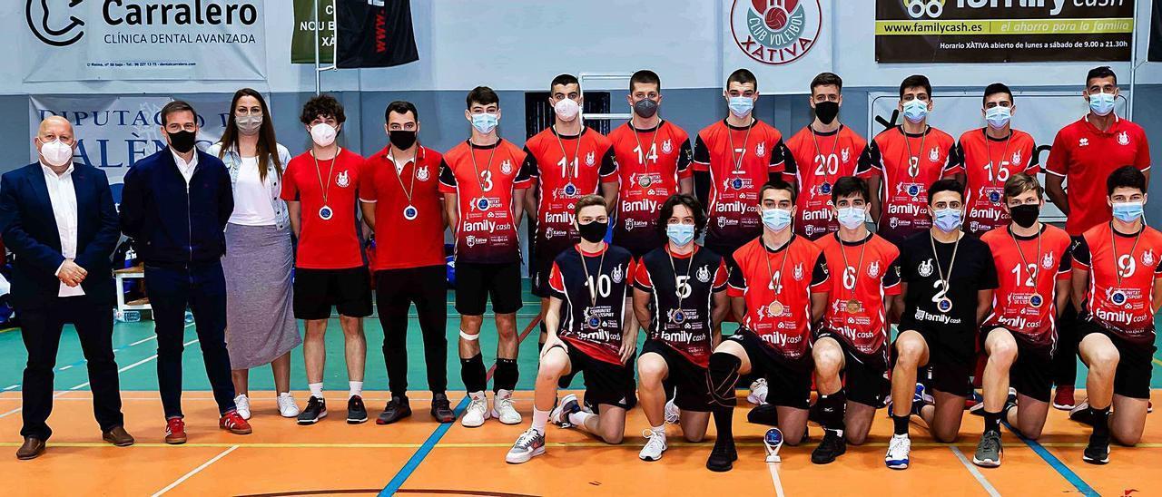 Jugadores y técnicos del equipo juvenil posan con la medalla de plata junto al alcalde de Xàtiva y el regidor de Esports, tras la Final. | JOSÉ A. RAMOS