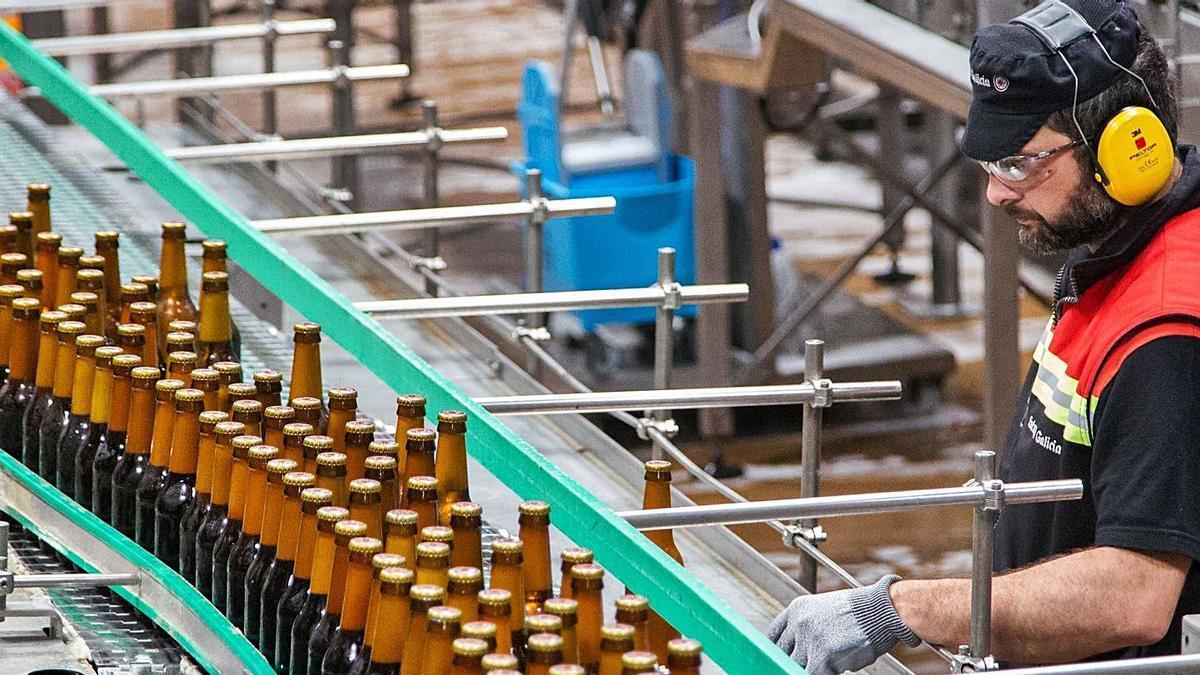 Un operario, en la fábrica de Estrella Galicia en el polígono coruñés de Agrela.