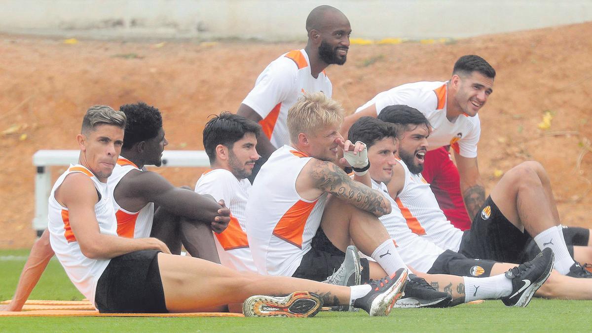 Jugadores del Valencia descansan durante un entrenamiento