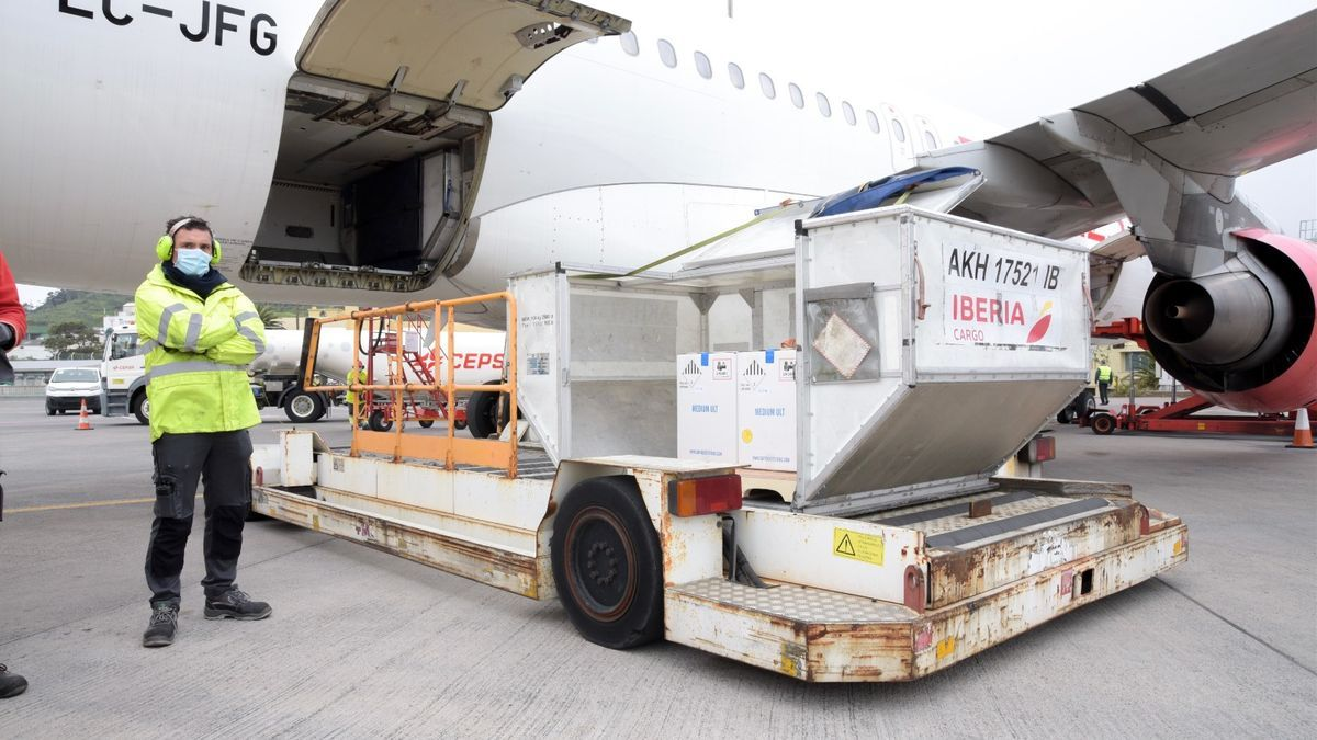 Cargo of vaccines against Covid this Monday at Tenerife North airport.jpeg