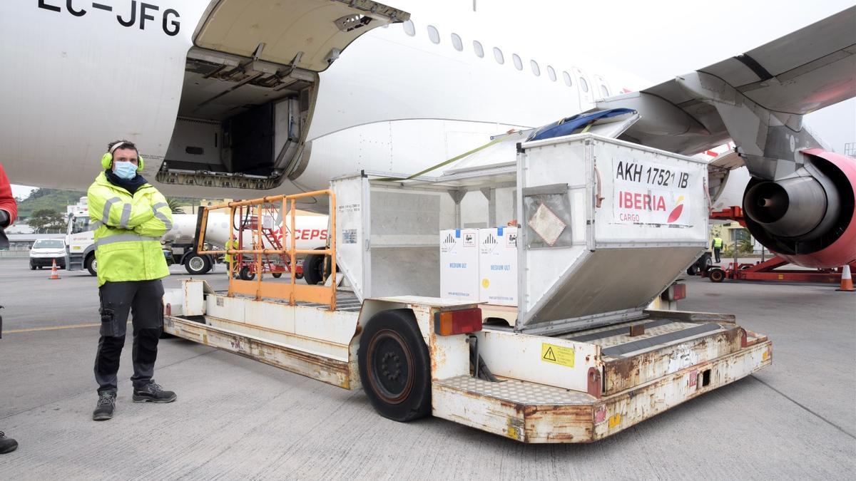 Cargamento de vacunas contra la Covid este lunes en el aeropuerto de Tenerife Norte.jpeg