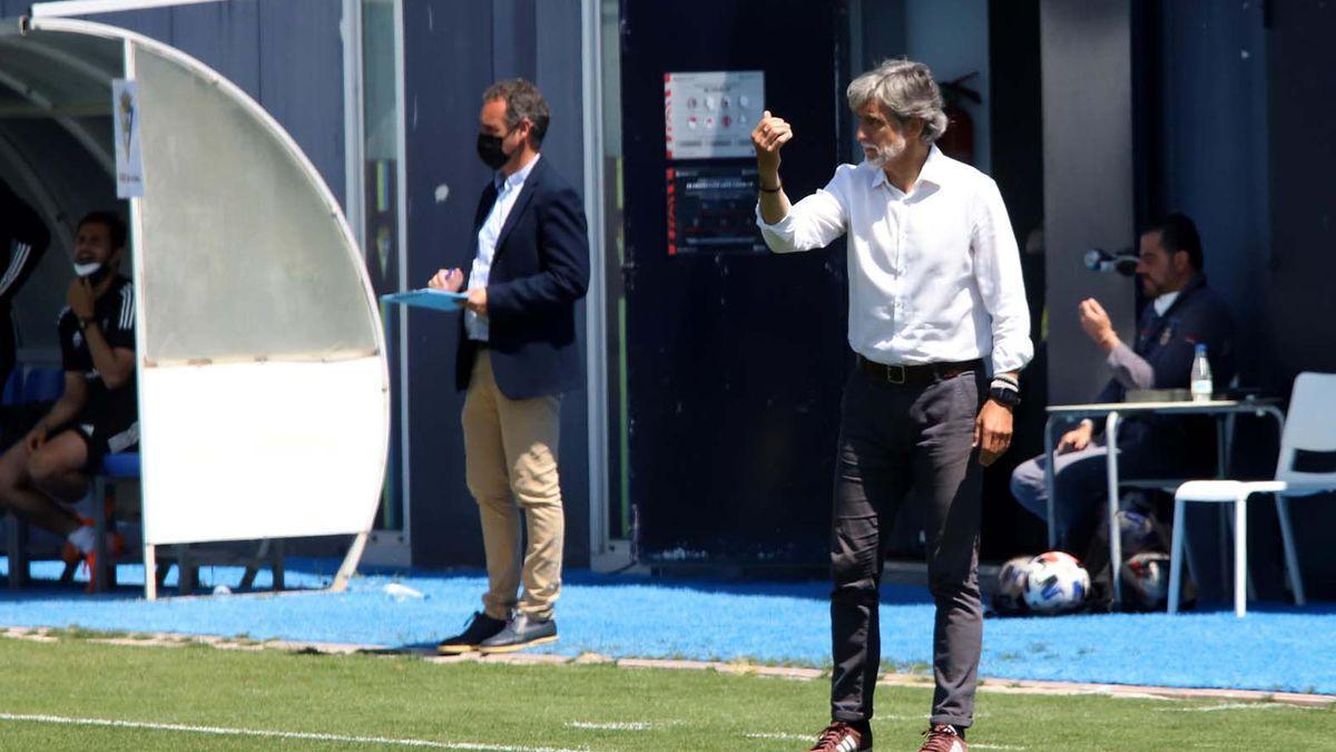 Pablo Alfaro da órdenes a sus jugadores durante el encuentro del Córdoba CF contra el Cádiz B.