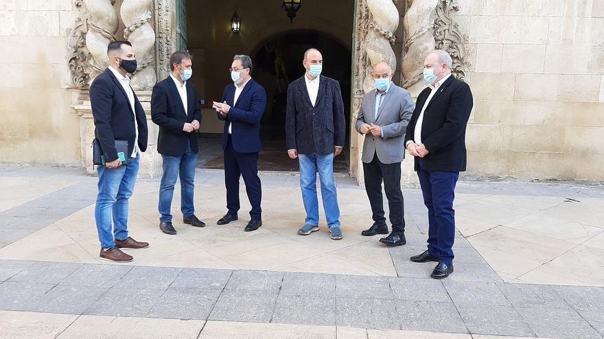 Concejales del PSPV y Compromís se concentran en los ayuntamientos contra la gestión de Mazón