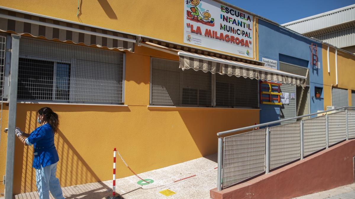 Una trabajadora de la escuela infantil La Milagrosa, ayer en el exterior del centro. iván j. urquízar