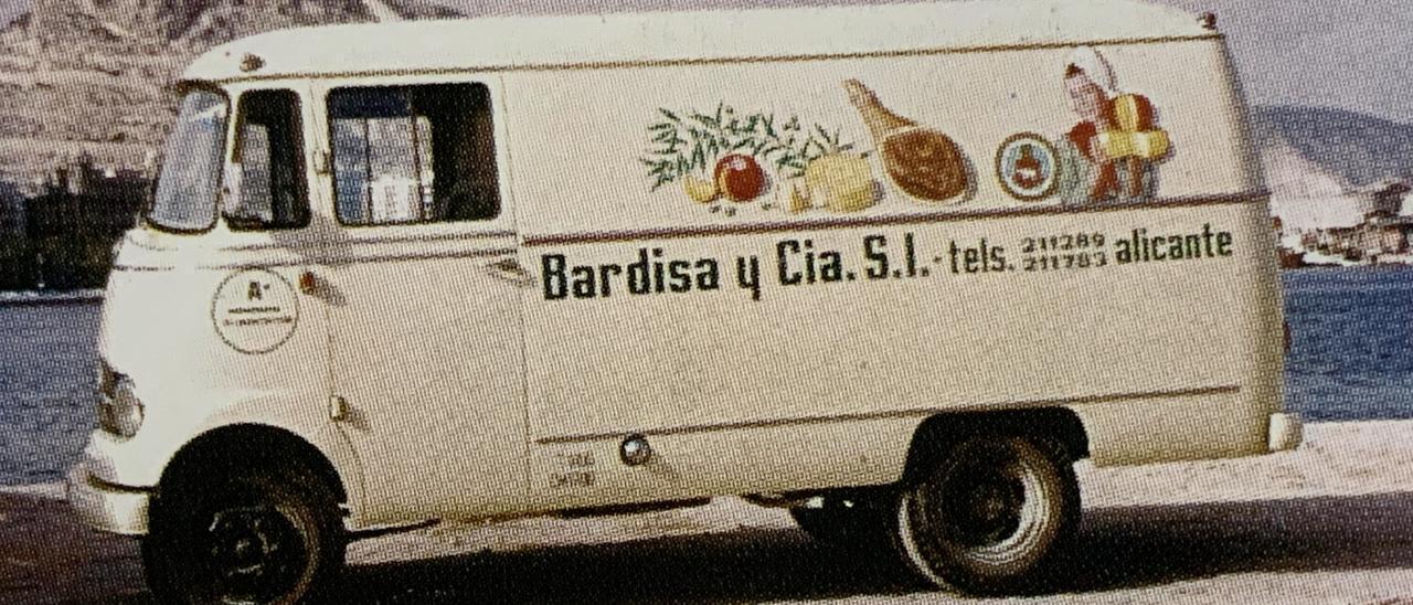 La tienda en la actualidad y una furgoneta en los 60.