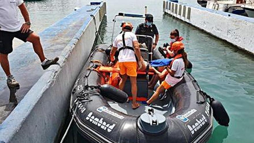 Una mujer, evacuada tras caerse en una barca en la cala de Llebeig