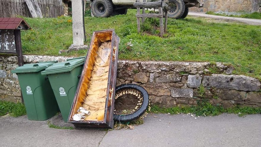 Aparece un ataúd en un contendor de Santibáñez de Murias