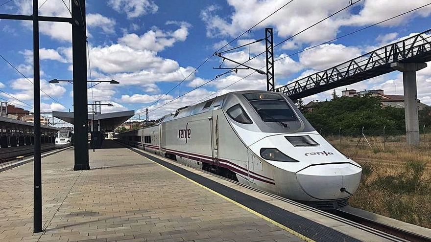 Dos trenes Alvia S-730 participantes ayer en las pruebas.