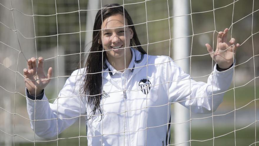 La presidenta de Chile felicita a la portera del Valencia CF por ser la menos goleada