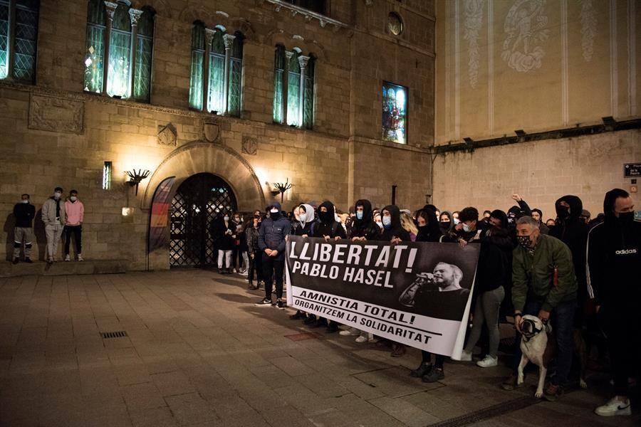 Graves incidentes en Cataluña por la detención del rapero Pablo Hasél