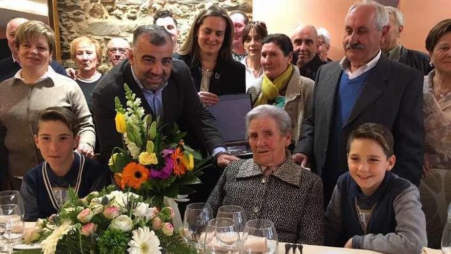Oza-Cesuras felicita a la vecina María Faraldo Iglesias por sus cien años de vida
