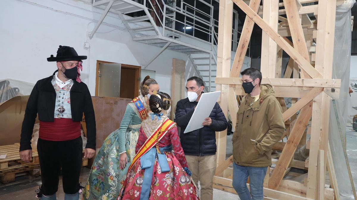 Visita al taller de Alejandro Santaeulalia, autor de la falla municipal.