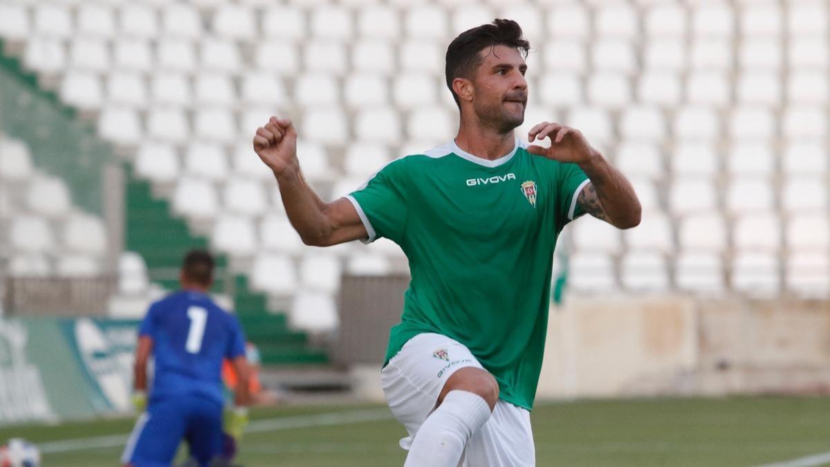 Willy Ledesma, goleador por partida doble en el Córdoba CF ante el Marbella en El Arcángel.