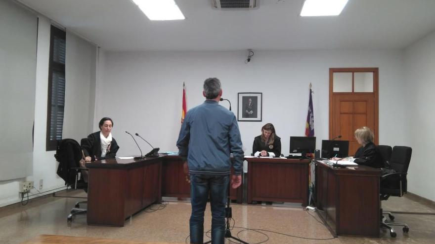 Dos años de cárcel por robar un paraguas y una revista en Santa Ponça