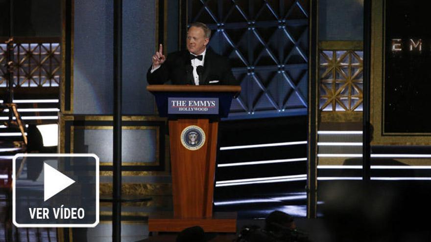 Sean Spicer se parodia a sí mismo en los Emmy