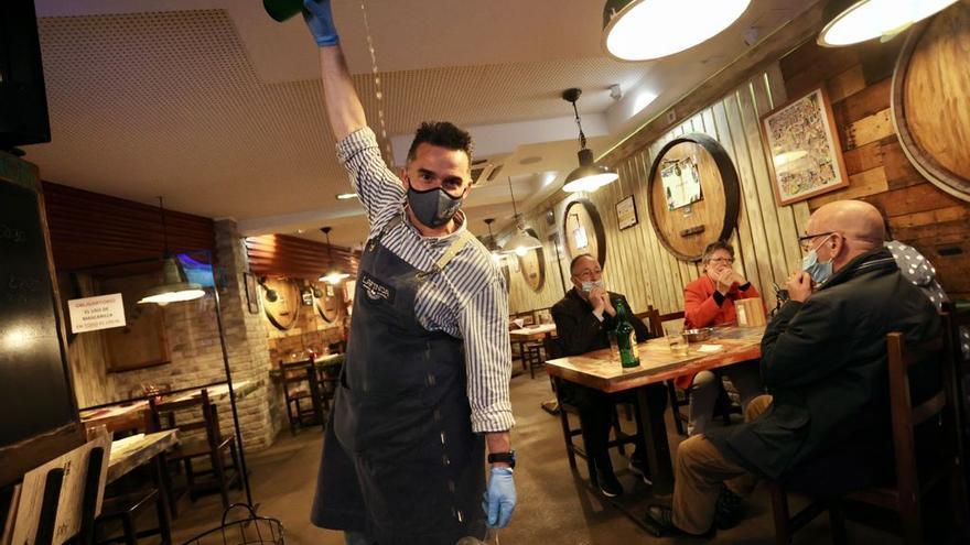 """Los bares asturianos vuelven a servir cenas entre la incertidumbre y el optimismo: """"Necesitamos que los clientes nos ayuden"""""""