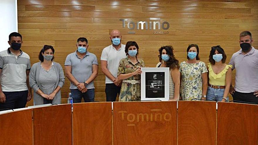 La tomiñesa Pily Reñones regala al Concello una copia de su obra finalista en los Goya de Fotografía