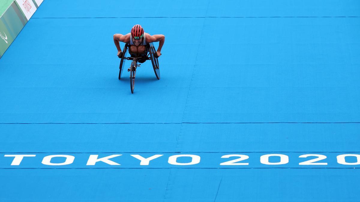 Eva Moral, a punto de alcanzar la meta en la prueba de triatlón