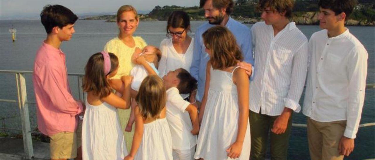 Paloma Blanc, con su hija menor (Palomita) en brazos, en Luanco, rodeada por (empezando por la izquierda), Guille, Rocío, Martina, Rodrigo, Lucía (con gafas), su marido, Guillermo Hilla; Alejandra, Álvaro y Gonzalo.
