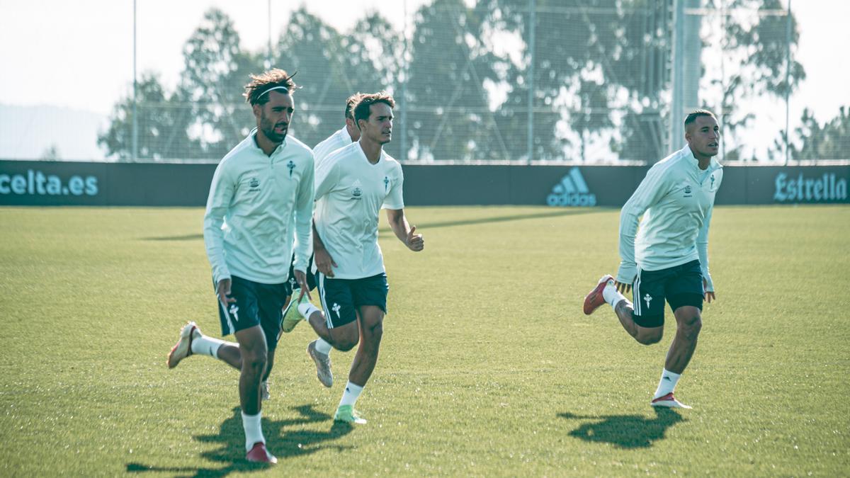 Brais, Denis y  Hugo Mallo, durante el entrenamiento del Celta pasado lunes en la ciudad deportiva.