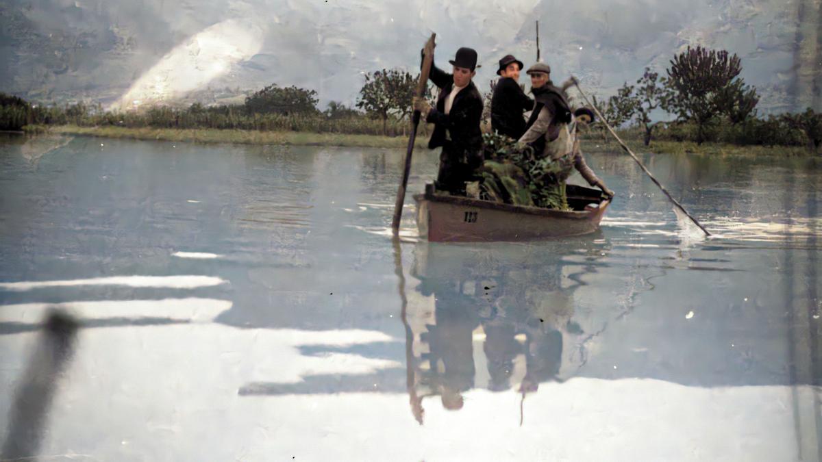 Embarcación navegando por la huerta oriolana a principios del siglo XX en unas inundaciones.