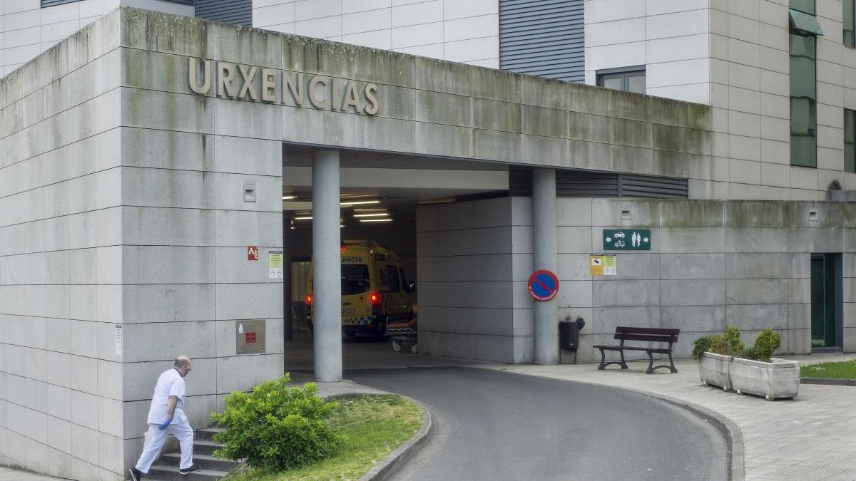 Vista general de la entrada a Urgencias del Complejo Hospitalario Universitario de Ourense. // Carlos Peteiro