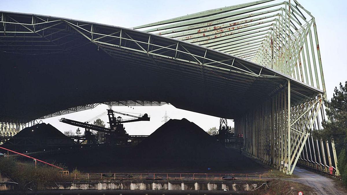 Nave de almacenamiento de carbón en la central de Naturgy en Cerceda. |   // VÍCTOR ECHAVE