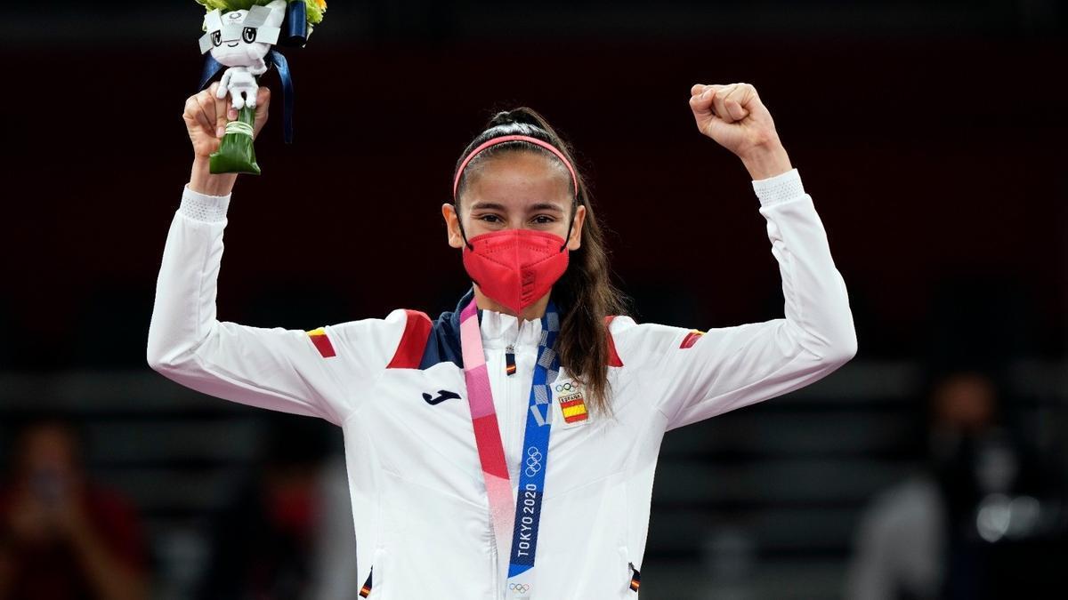 Adriana Cirerer amb la medalla de plata aconseguida aquest dissabte a Tòquio.