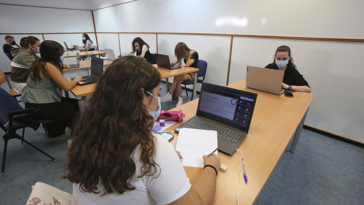 Alumnos en la Universidad de Alicante al principio del curso