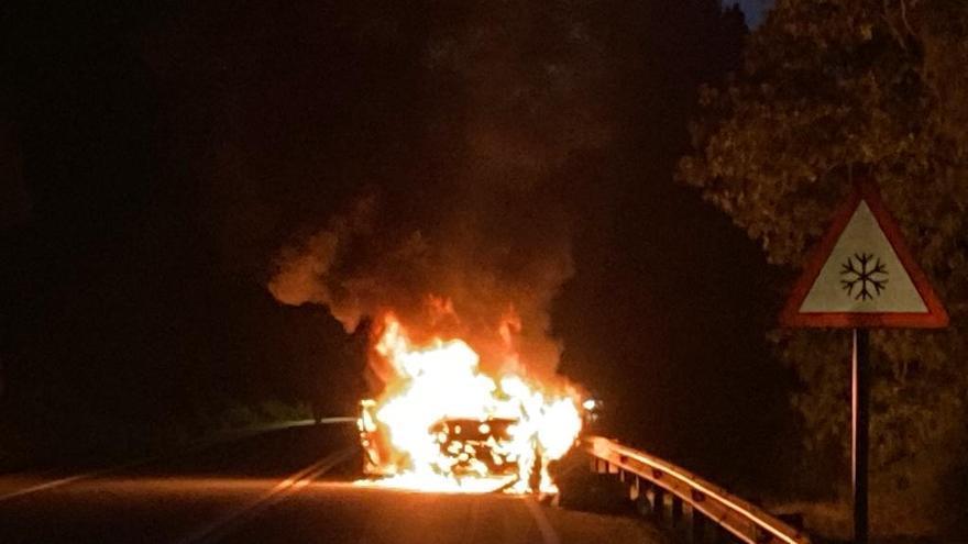 Cortada la N-120 en Nogueira de Ramuín por un coche envuelto en llamas