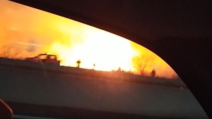 Espectacular incendio cerca del centro comercial El Manar