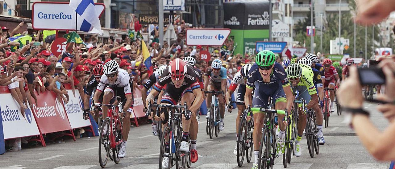 La playa de Gandia ha sido final de etapa de la Vuelta tres veces, la última, en la imagen, en 2016.   ÀLEX OLTRA