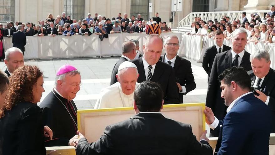 Der mallorquinische Maler Mesas überreicht Papst Franziskus mehrere Werke