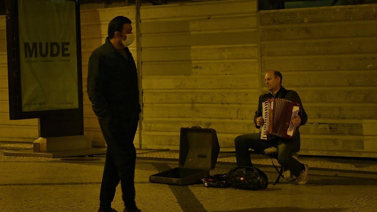 Un hombre con mascarilla por las calles de Lisboa.