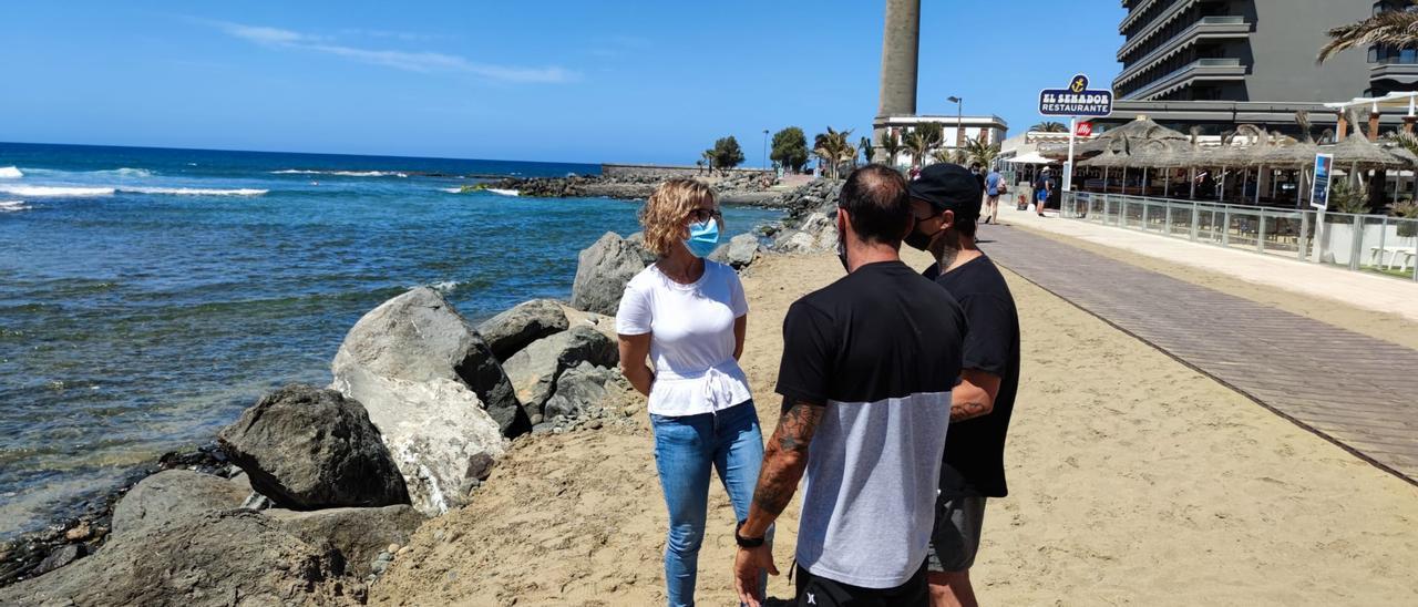 La alcaldesa Conchi Narváez habla con vecinos denunciantes de los movimientos de rocas, uno de ellos Iván Monagas.