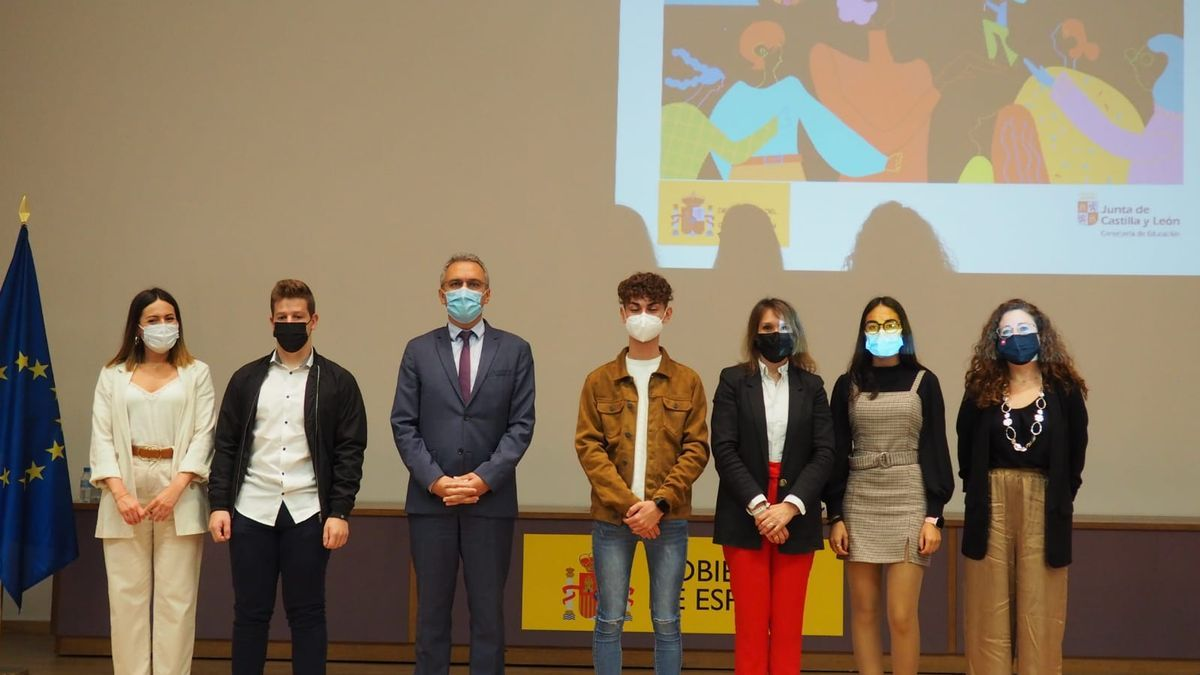 Autoridades y alumnos premiados en el acto de entrega de los galardones del concurso