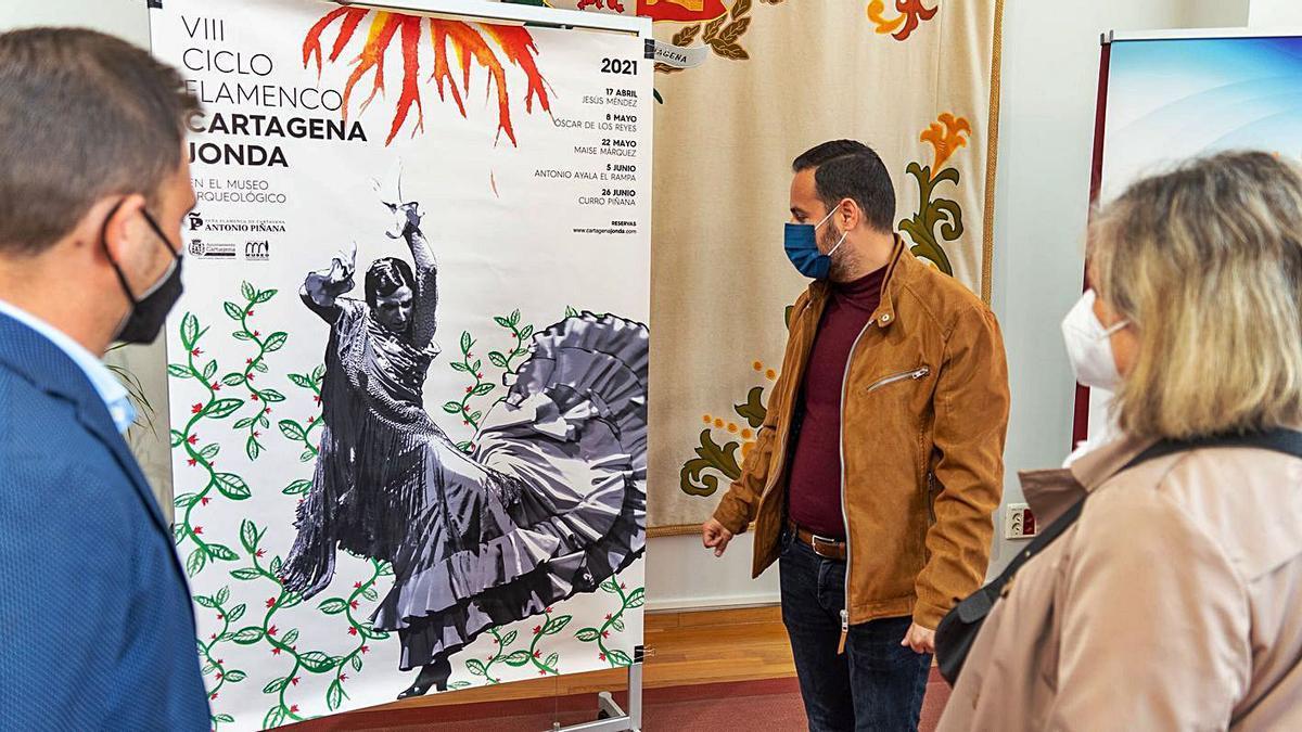 Martínez Noguera observa el cartel de esta VIII edición.