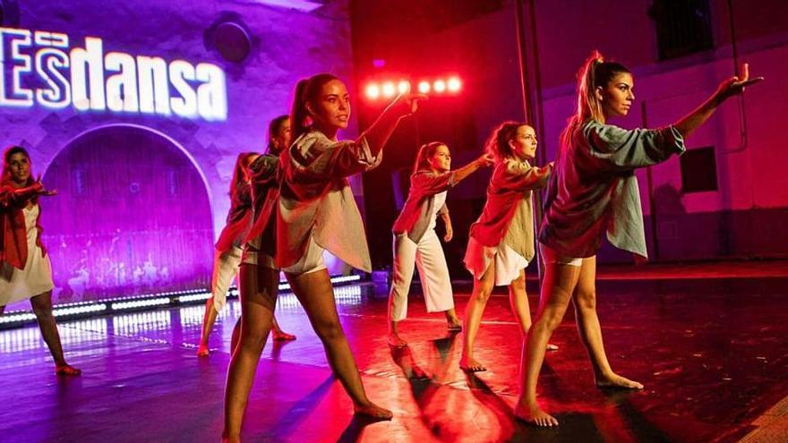 L'Esbart Manresà reivindica la causa feminista a la peça «Totes»