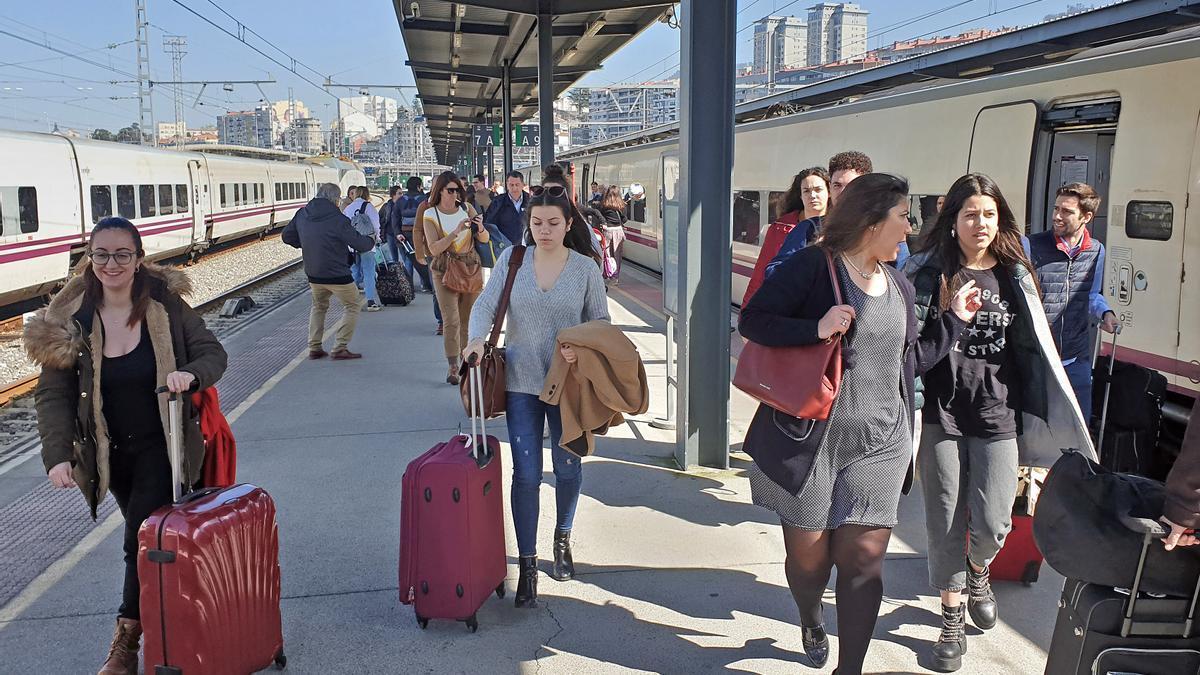 Viajeros llegando a la estación de tren de Guixar de Vigo