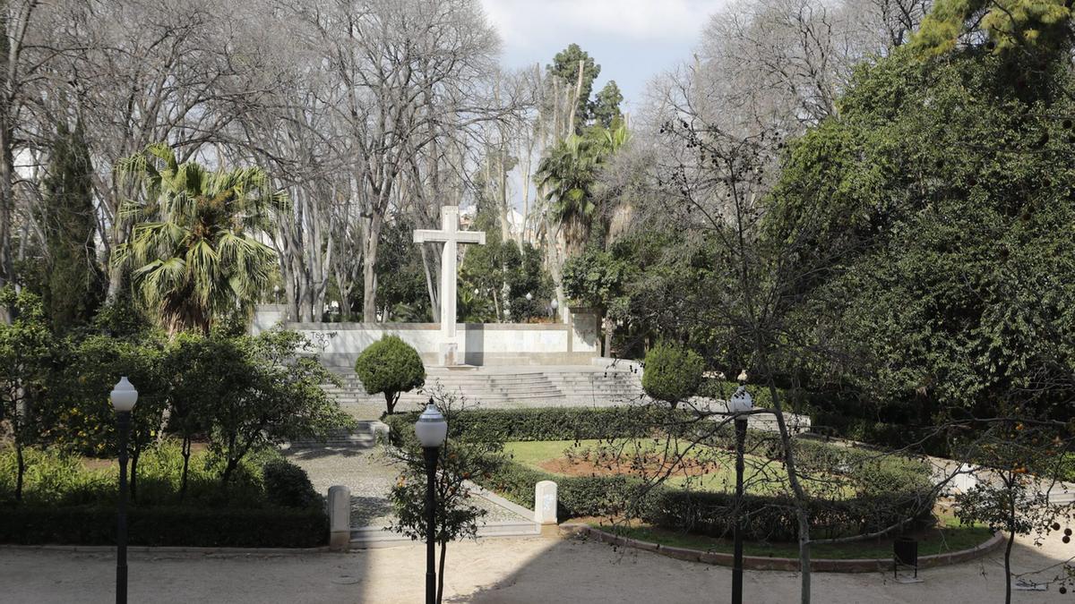 El monumento con la cruz está ubicada en el parque Ribalta de Castelló.