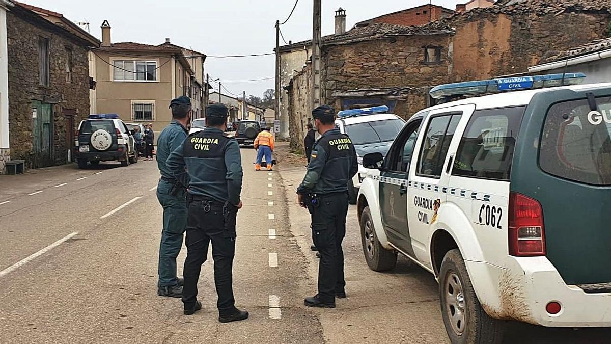 Sobre estas líneas, patrullas de la Guardia Civil desplazadas ayer a Figueruela de Arriba y a la izquierda agentes de Medio Ambiente y vecinos durante la búsqueda hombre desaparecido. | Cedidas
