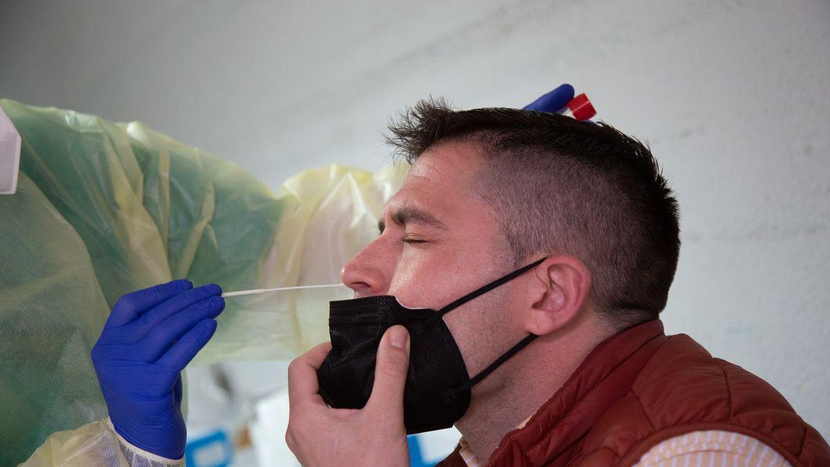 Una enfermera haciendo una PCR