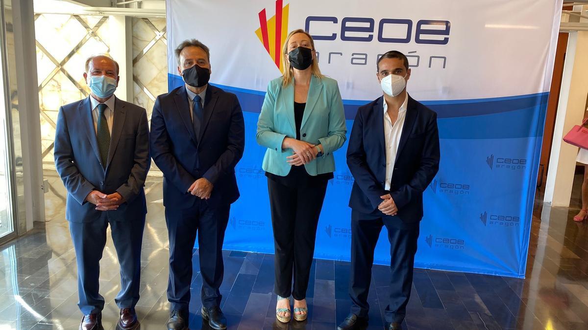 El embajador de Cuba en España, Gustavo Machín (segundo por la izquierda, en un acto den Zaragoza junto a la consejera aragonesa de Economía, Marta Gastón.