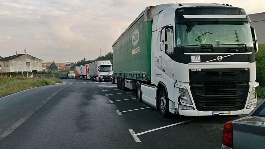 Camiones buscan aparcamiento en Sabón