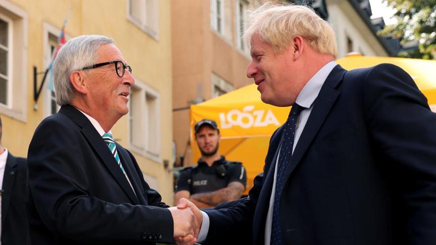 """Johnson y Juncker acuerdan """"intensificar"""" el diálogo sobre el Brexit"""