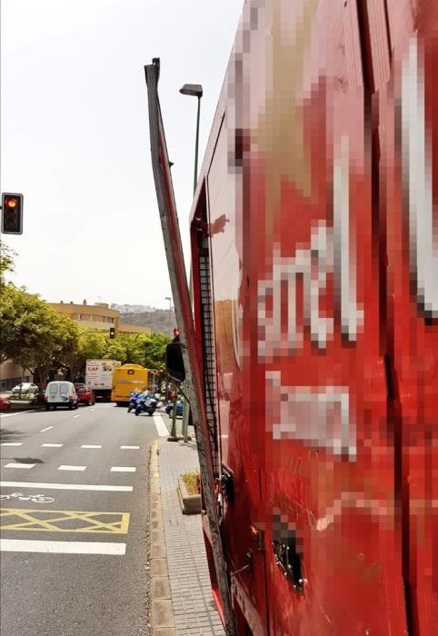 Colisión entre una guagua y un camión en Tamaraceite