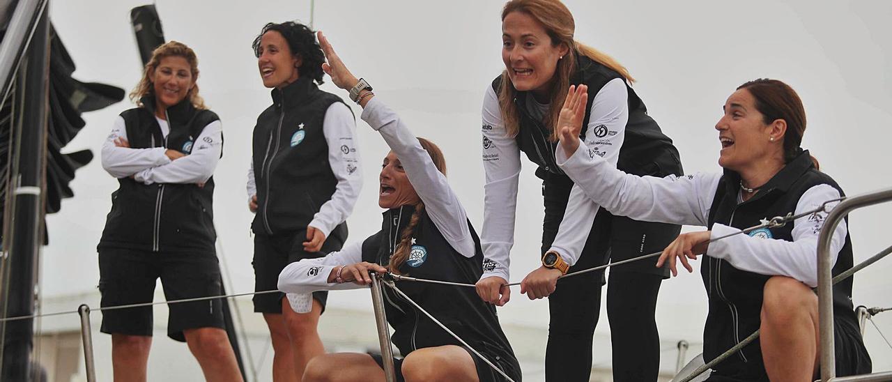Marian Calís (centro), junto al resto de mujeres en el velero con el que están dando la vuelta a España.   J.M LÓPEZ