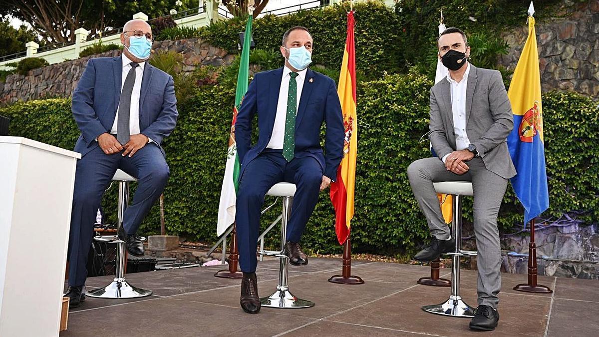 El alcalde Raúl Afonso, en el centro; Octavio Suárez, concejal de Cultura (izquierda); y el pregonero Raúl Arencibia (derecha) | | LP/DLP