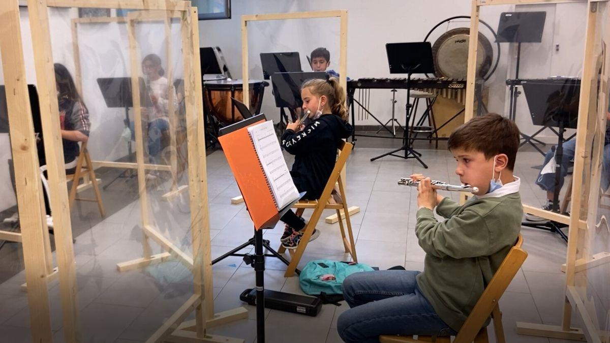 """Niños de """"El Bandín"""", de la Asociación Sierense de Amigos de la Música, durante un ensayo."""