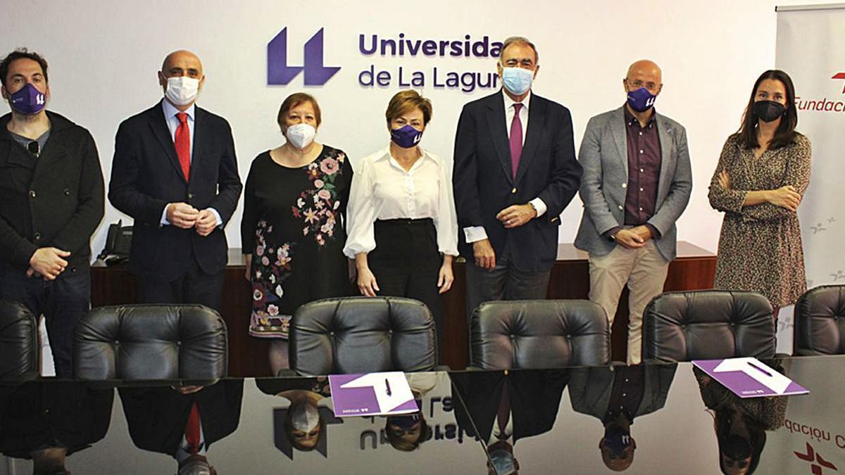Personas asistentes al acto de firma del acuerdo para mantener la Cátedra de Innovación y Eficiencia Energética.